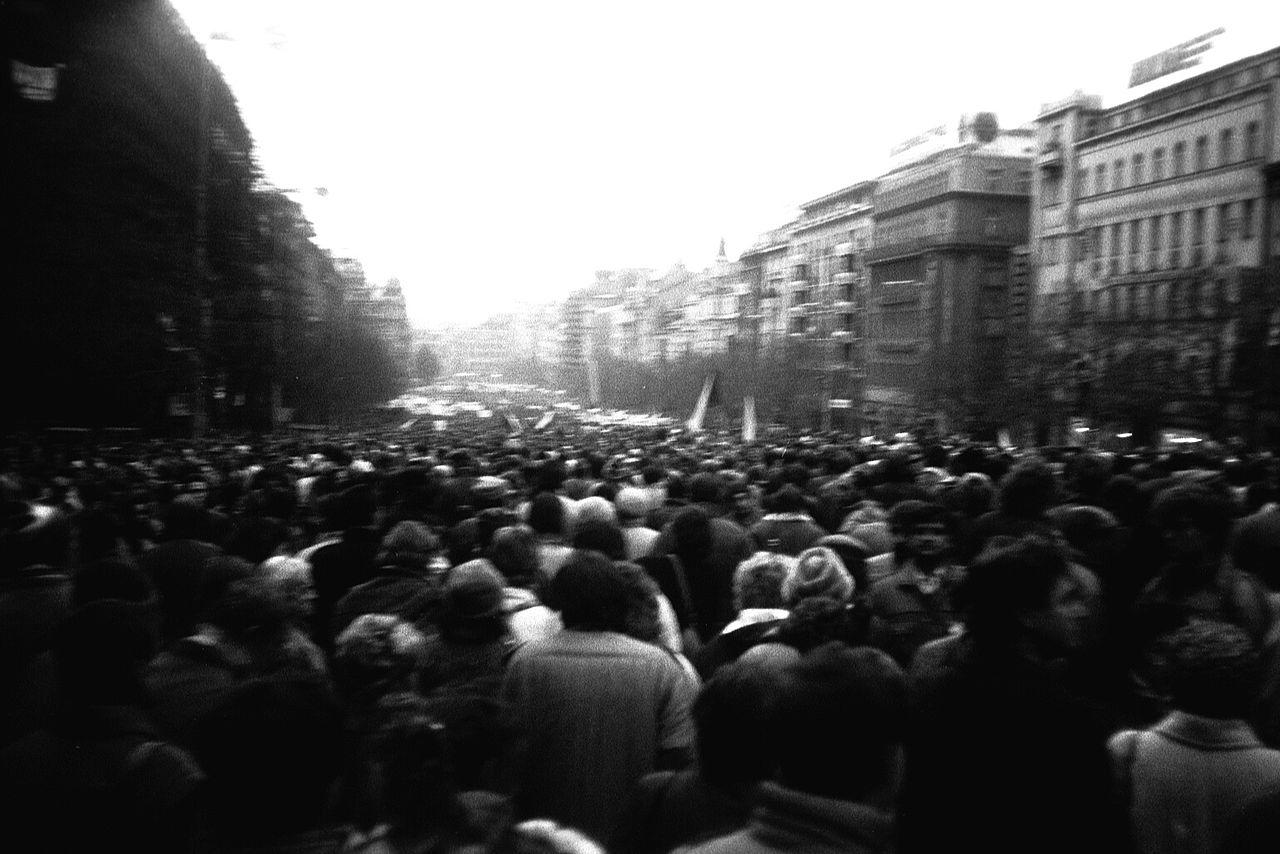 Praha_1989,_Václavské_náměstí,_dav